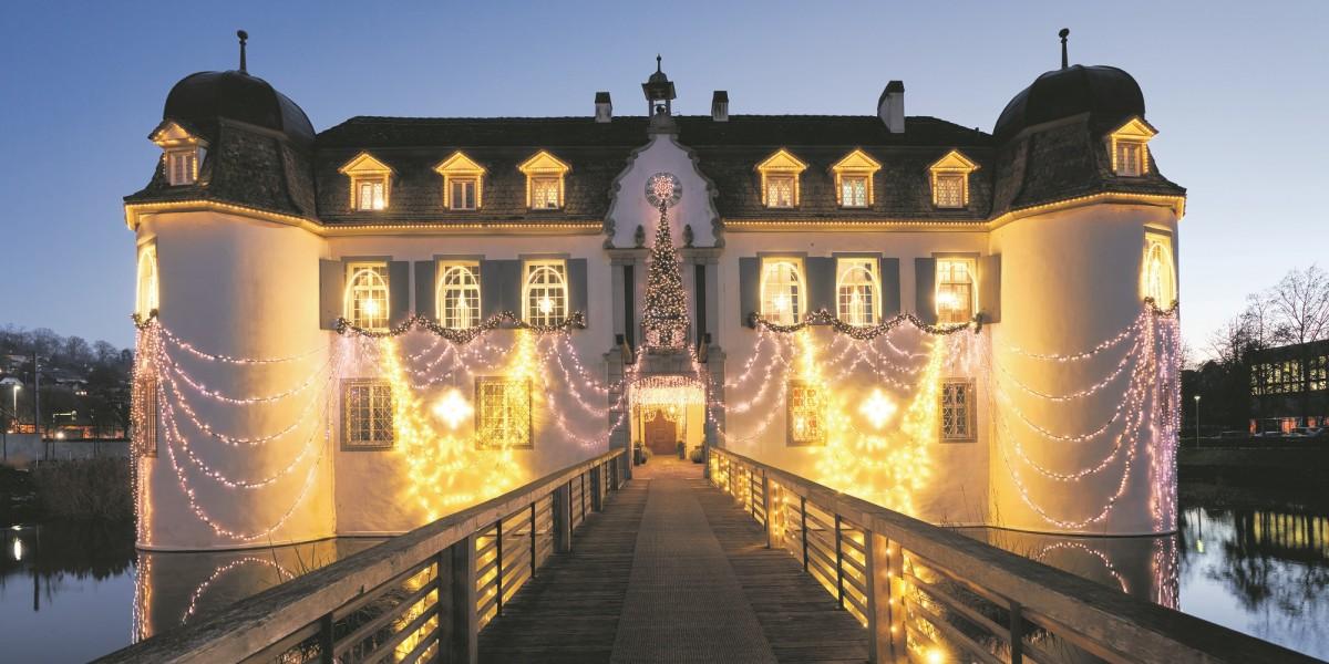 Ein Schloss erstrahlt im Weihnachtsglanz